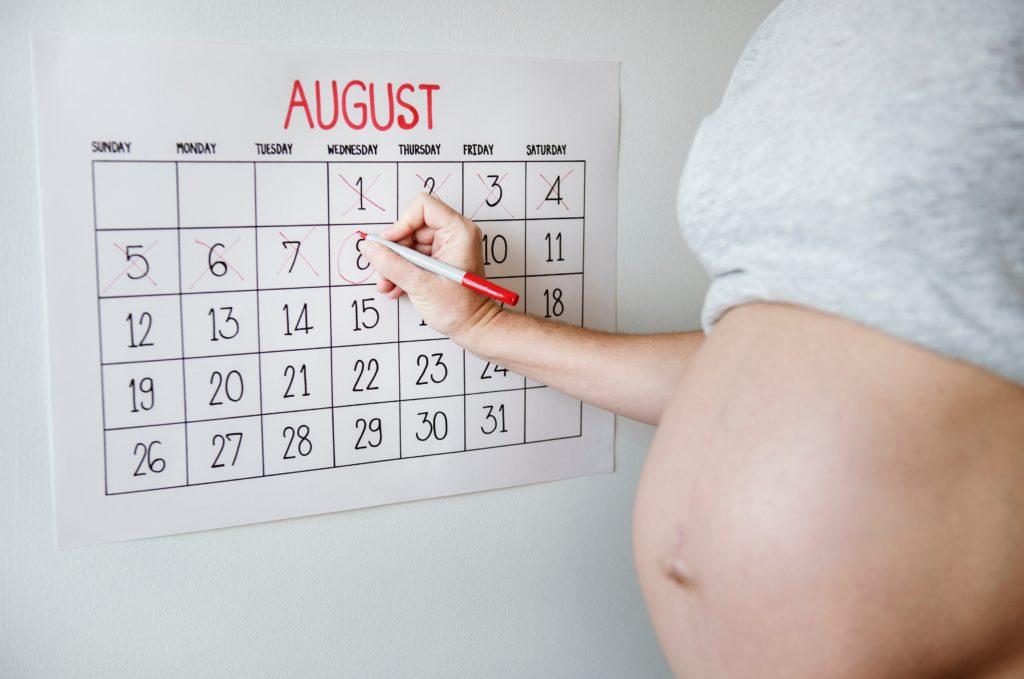 Schwangere Frau am Kalender - Entbindungsmöglichkeiten