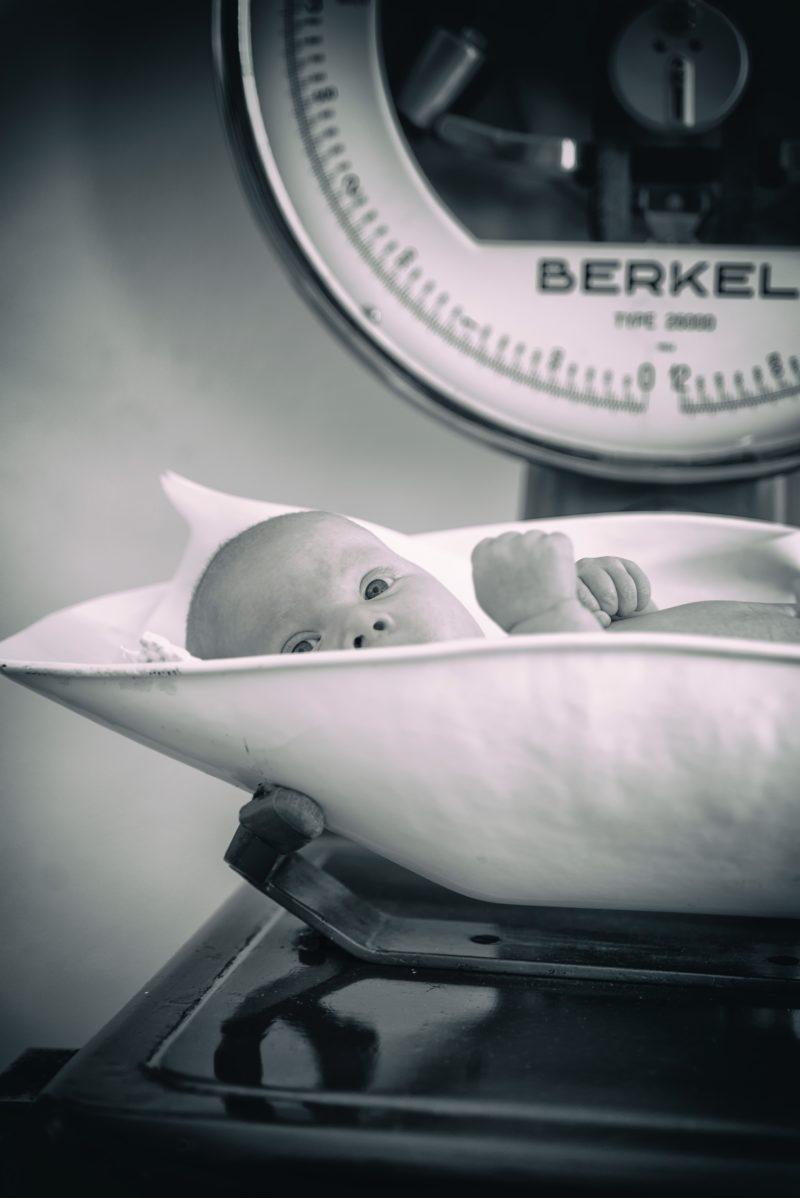 Baby auf der Waage - Geburt
