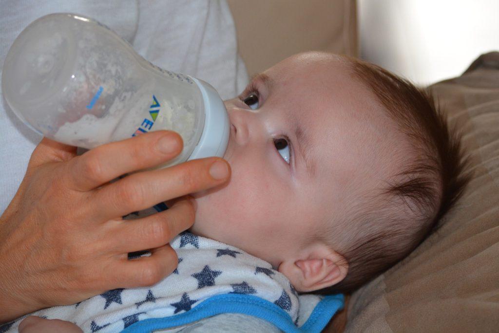 Baby bekommt die Flasche