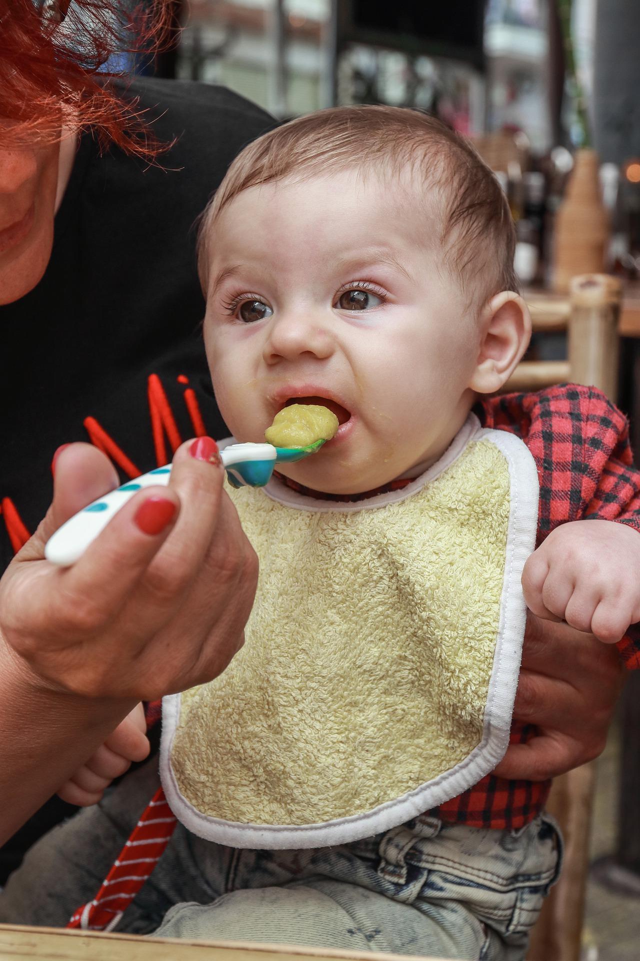 Baby bekommt Brei als Babynahrung