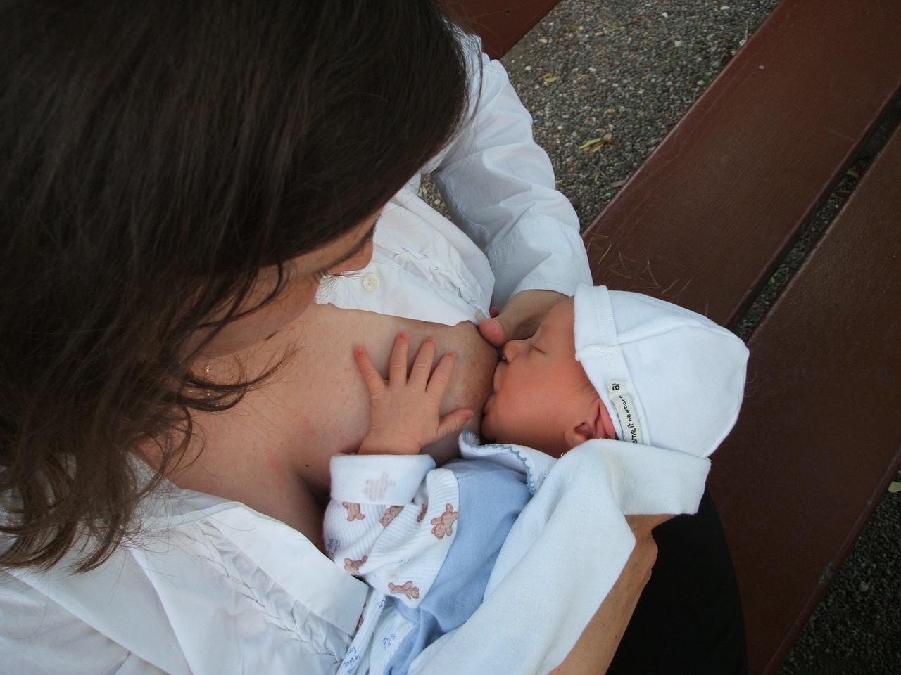 Frau beim Stillen - Babynahrung