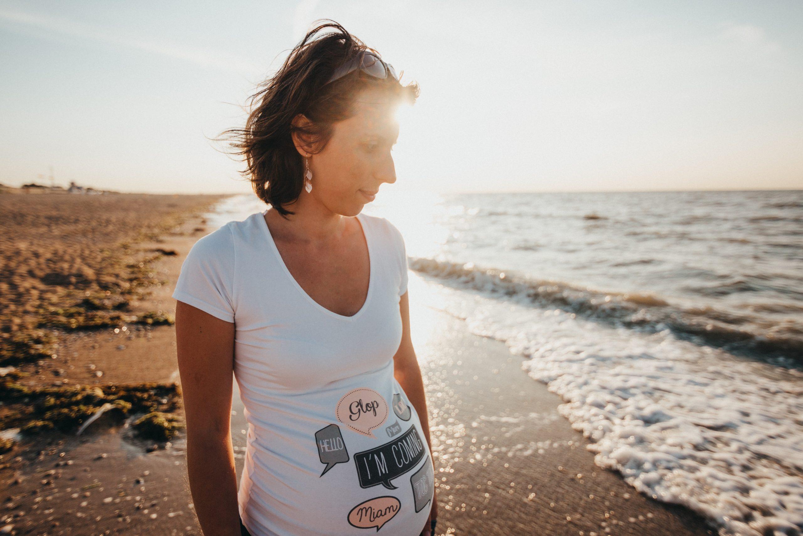 Schwangere Frau am Strand - Schwangerschaft